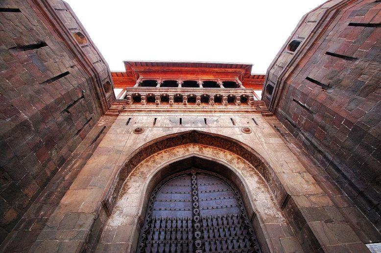 1200px-Shaniwarwada_gate